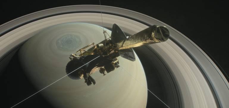 Ilustración de la NASA que muestra la sonda cassini sobre el hemisferio norte de Saturno.