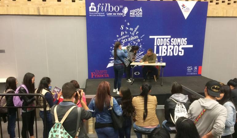 Mario Mendoza firma libros en la Feria del Libro de Bogotá