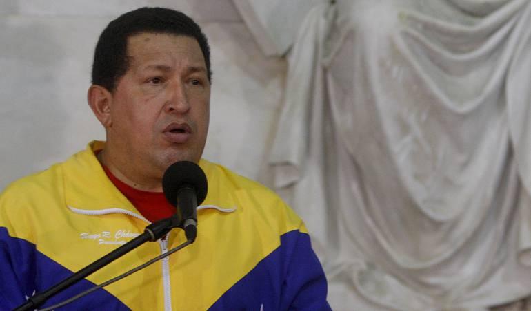 Manifestantes hechan al suelo la estátua de Chavez en Zulia: [Video] Manifestantes opositores tumban estatua de Chávez en Venezuela