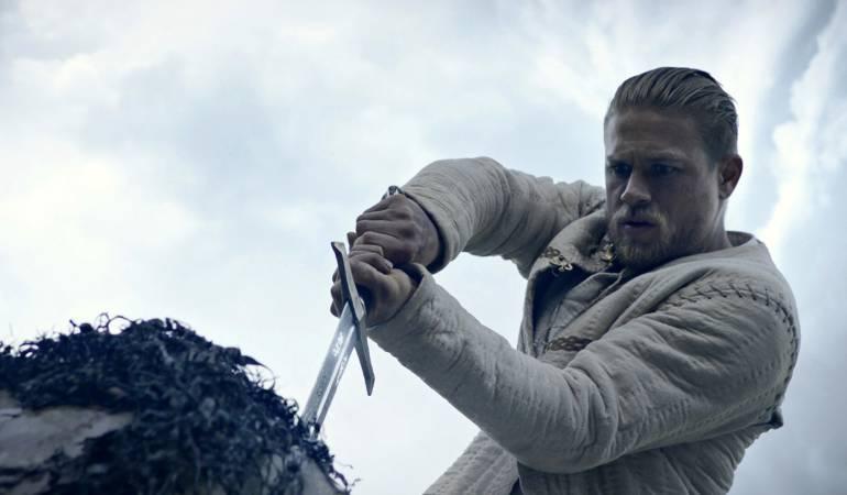 "Una escena de la película ""King Arthur: Legend of the Sword"" que recaudó 15,3 millones de dólares al debutar"