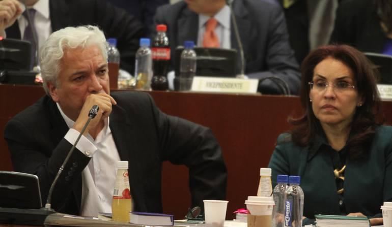 arlos Alonso Lucio, vocero del referendo y Viviane Morales, en el debate del referendo sobre la adopción