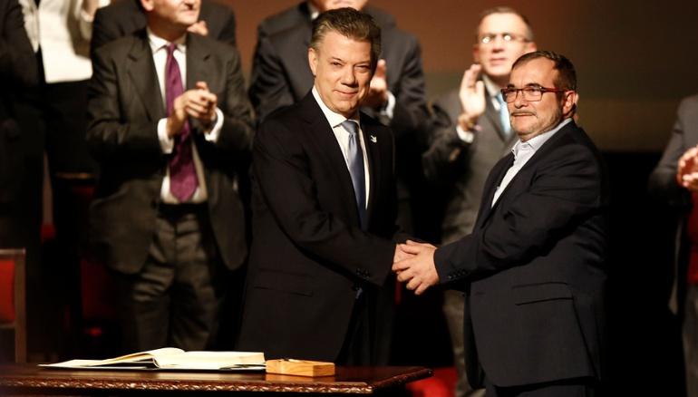 """Acuerdos Paz: """"Tenga la seguridad presidente de que esto no tiene marcha atrás"""" Timochenko a Santos"""