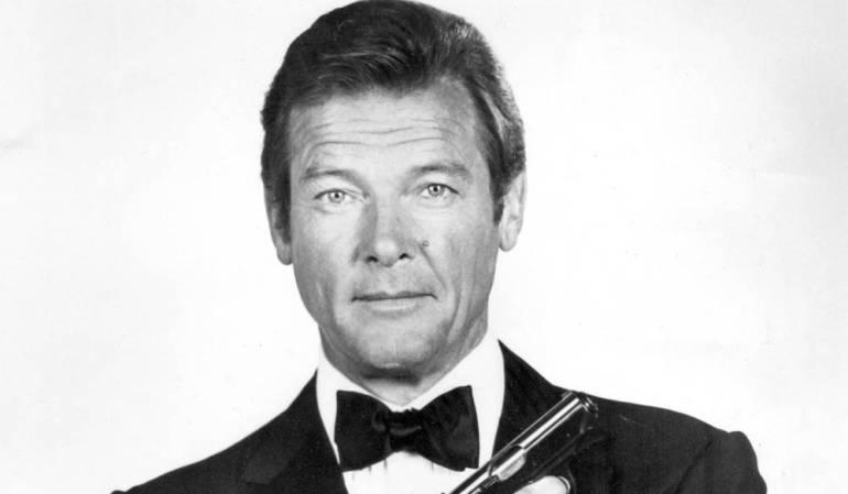 Roger Moore caracterizado como James Bond