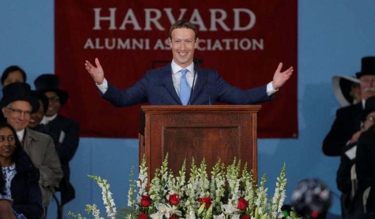 """""""Estoy honrado de estar aquí, porque, ustedes lograron algo que yo nunca pude"""", dijo Mark Zuckerberg al iniciar un discurso de graduación en la Universidad de Harvard, EE.UU., de la que se retiró antes de obtener un título."""