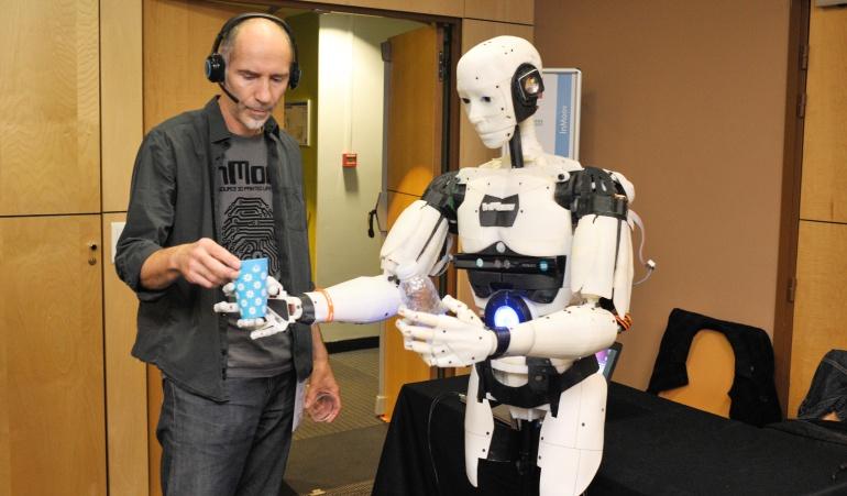 """La presentación del robot """"InMoov"""" frente a los medios de comunicación."""