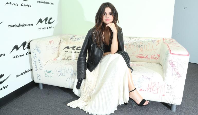 Selena Gomez paseó sin corpiño y ¡se le vio todo!