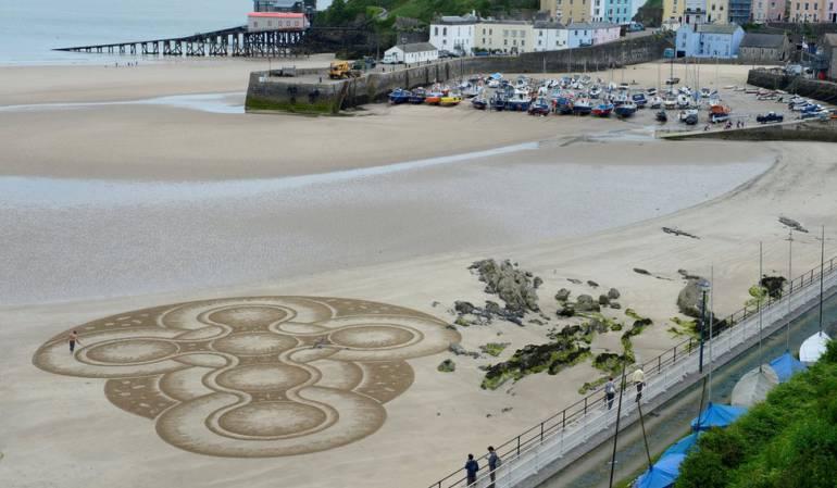 Marc Treanor creó una obra en la playa en la Bahía de Tenby en Gales.