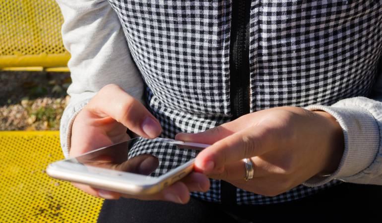Imagen ilustrativa. Usar el celular mientras el usuario camina o maneja es uno de los peligros del mundo moderno.
