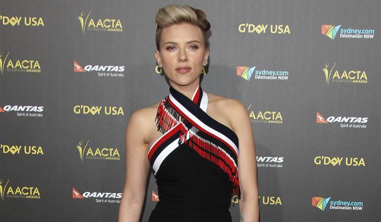Scarlett Johansson posa con su 'doble' de 72 años