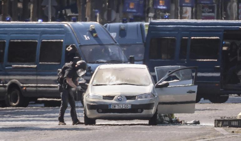 FRANCIA SEGURIDAD: Un coche impacta contra un furgón policial en los Campos Elíseos de París