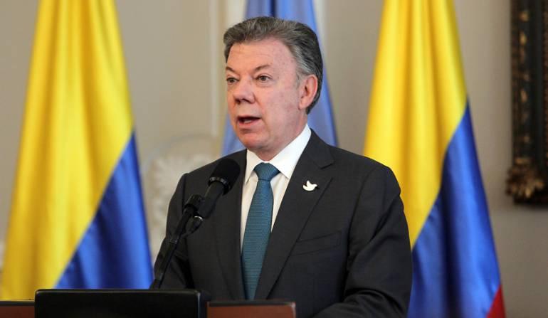 Juan Manuel Santos arriba a Francia para reunión con Emmanuel Macron