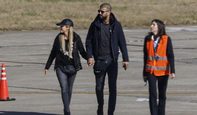 La cantante colombiana Shakira junto a Gerard Piqué, defensor del FC Barcelona en su llegada a Argentina.