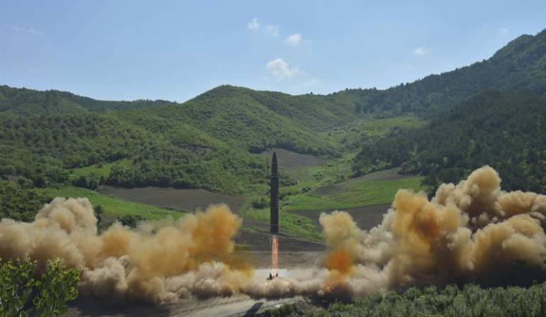 Fotografía facilitada por la agencia oficial de noticias norcoreana KCNA que supuestamente muestra un cohete balístico intercontinental norcoreano Hwansong-14 mientras es disparado desde una localización no especificada en Corea del Norte