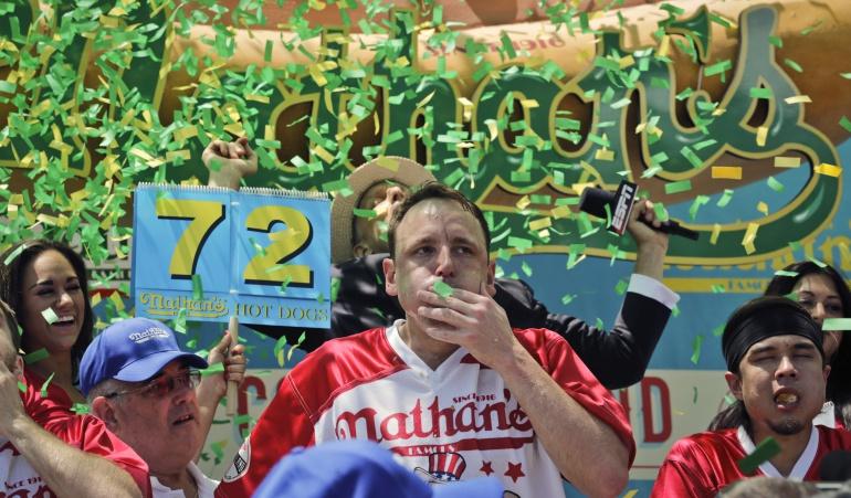 Joey Chestnut gana el Concurso Anual de Comedores de Hot Dogs.
