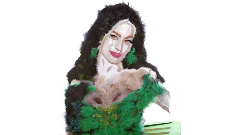 Escultura de Sofía Vergara: Una Sofía Vergara hecha de plumas renace tras ataque de pulgas