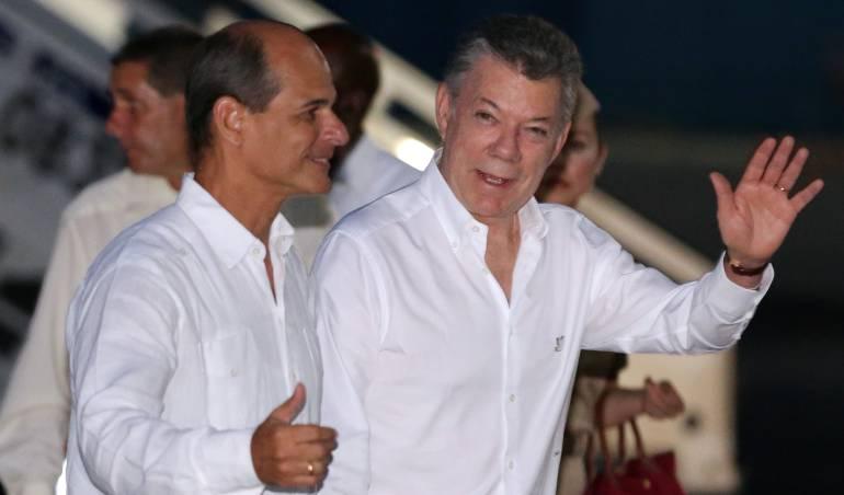 Santos en La Habana con el viceministro cubano de Relaciones Exteriores, Rogelio Sierra.