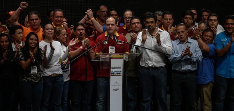 Julio Borges, acompañado por diputados y dirigentes de la Mesa de la Unidad (MUD)