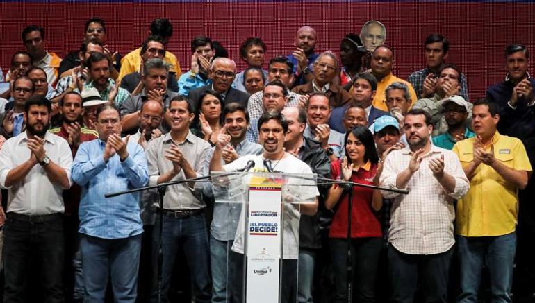 """Oposición busca avanzar a """"transición"""" mientras Maduro ratifica Constituyente"""