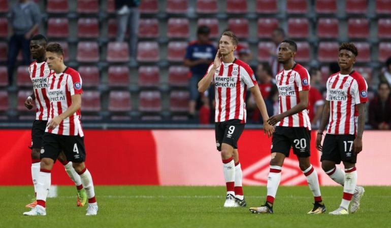 Triste debut para Hirving Lozano, el PSV pierde en casa por UEL