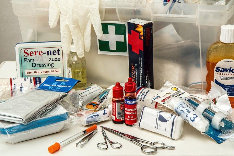 Botiquín: en caso de alguna emergencia tener los elementos necesarios para hacer una curación de un herida pequeña.