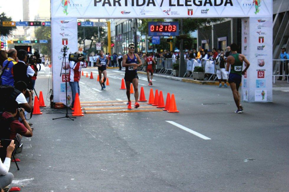 Éider es campeón sudamericano, panamericano y mundial en los 10 kilómetros marcha juveniles.