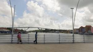 Tres reinas en los puentes de Willemstand