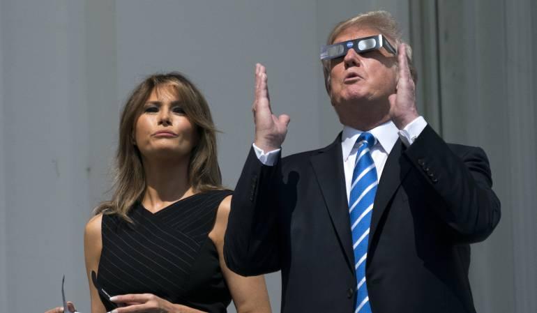 Presidente de los Estados Unidos, Donald J. Trump (d) y la Primera Dama Melania Trump