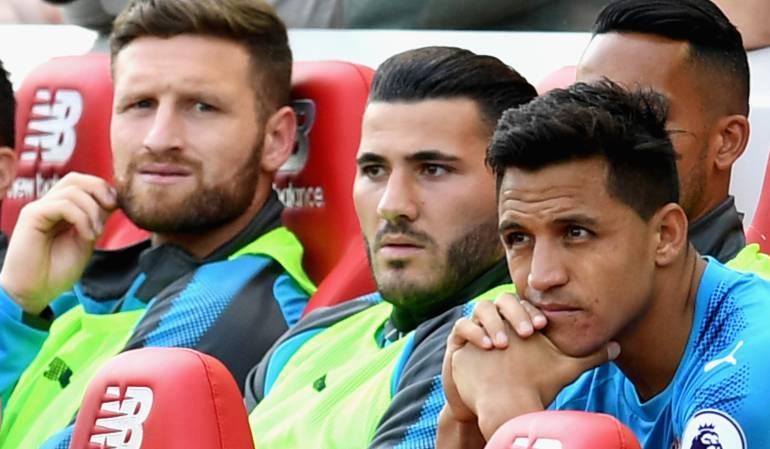 Cara de los jugadores en la banca del Arsenal, mientras veían el partido que disputaba su equipo frente al Liverpool.