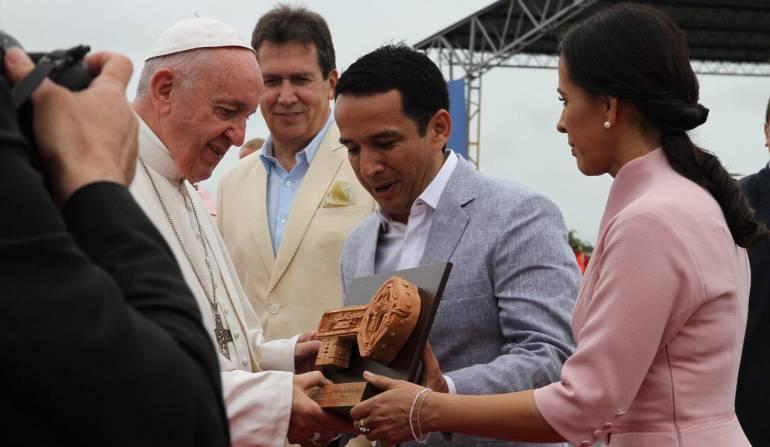 El alcalde de Villavicencio, Wilmar Barbosa Rozo, entrega al papa Francisco las llaves de la ciudad.