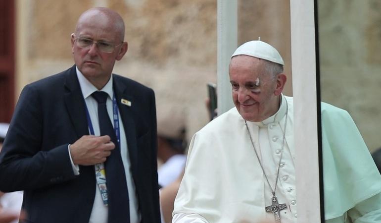 """En vivo visita del Papa Francisco a Colombia: Los memes que dejo la """"puñada"""" del papa"""