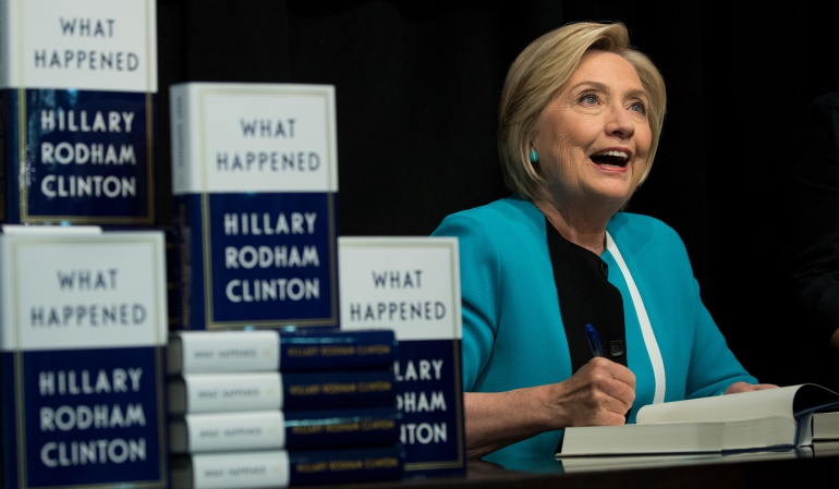 "Hillary Clinton durante la firma de su libro ""What Happened"""