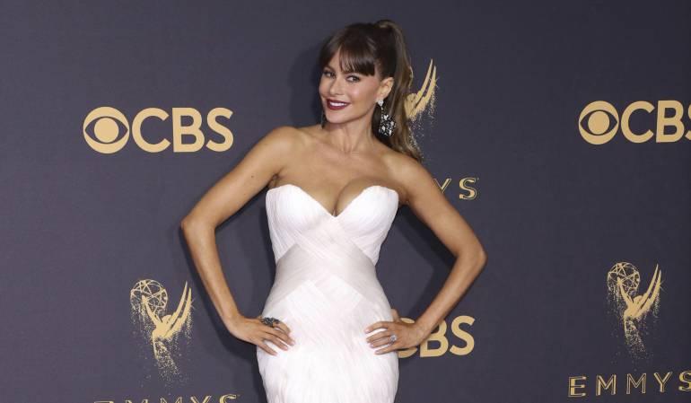 Sofía Vergara posando a su llegada a la 69 edición de los Emmy en el Teatro Microsoft de Los Ángeles