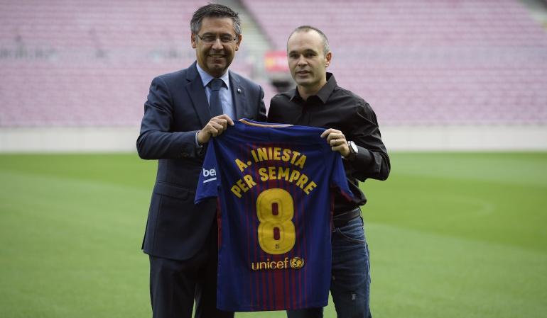 Andrés Iniesta: Andrés Iniesta renovó de por vida con el Barcelona