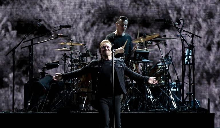 Bono asisitó a misa en Bogotá: Bono cantó, comulgó y se viralizó