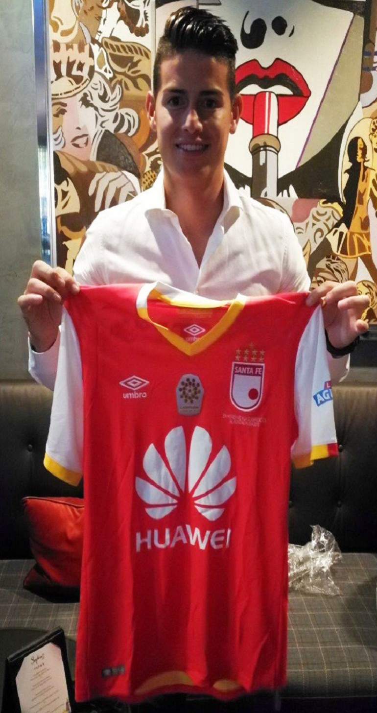 James Rodríguez Santa Fe: James Rodríguez recibió la camiseta de Santa Fe como regalo