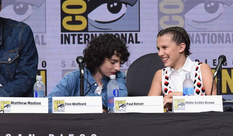 Finn Wolfhard y Millie Bobby Brown en el panel de Stranger Things durante la Comic-Con 2017 en San Diego.