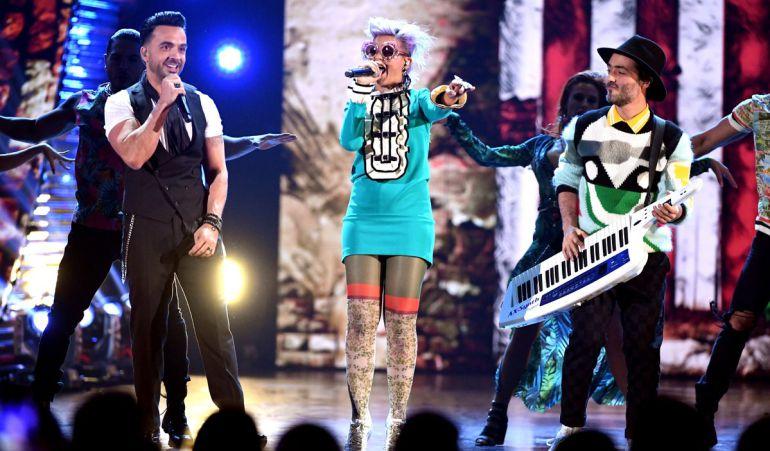 Luis Fonsi y Bomba Estéreo durante su presentación en los Latin Grammys