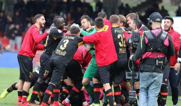 Milan Benevento: Benevento iguala 2-2 ante el Milan con gol de cabeza del portero en el 95'