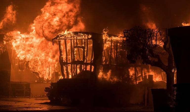 potente incendio en California: Un muerto y miles de personas evacuadas por un potente incendio en California