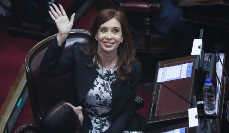 La expresidenta de Argentina Cristina Fernández de Kirchner (2007-2015) cuando juraba como senadora.