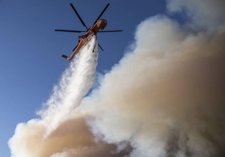 Combate a las llamas en California