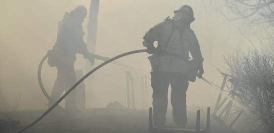 California combate poderosos incendios avivados por vientos fuertes