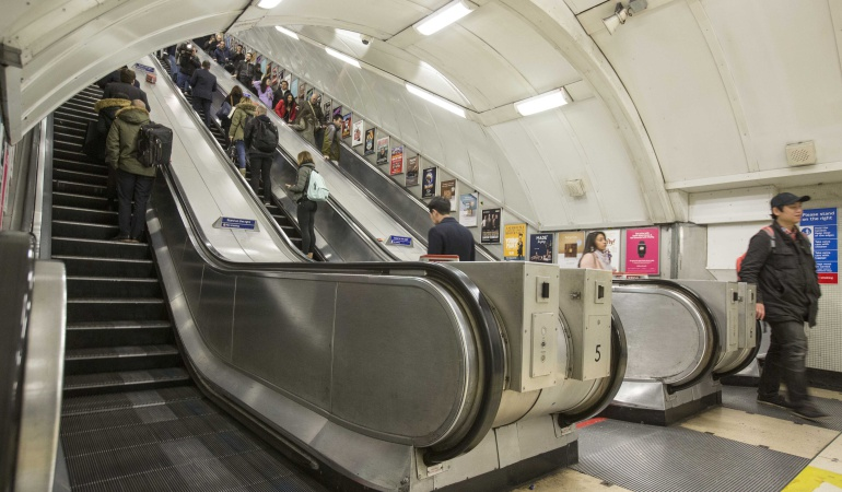 Aparatosa caída en escaleras eléctricas se vuelve viral