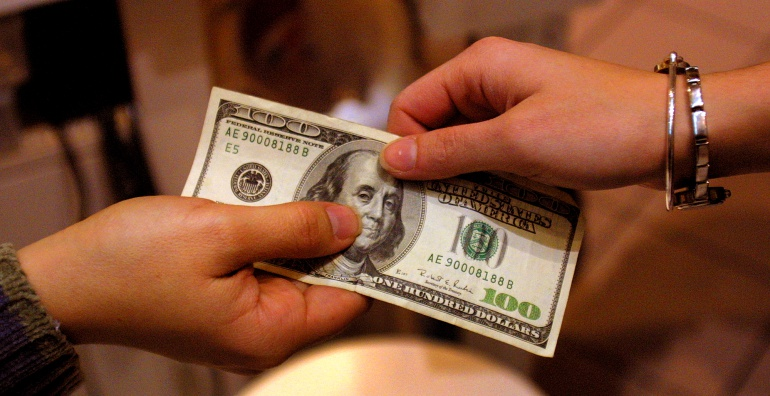 Dólar cae de la barrera de $2.900 impulsado por petróleo