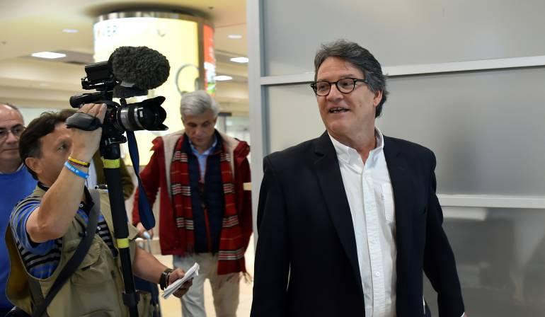 Cuatro negociadores del Gobierno permanecerán en Ecuador
