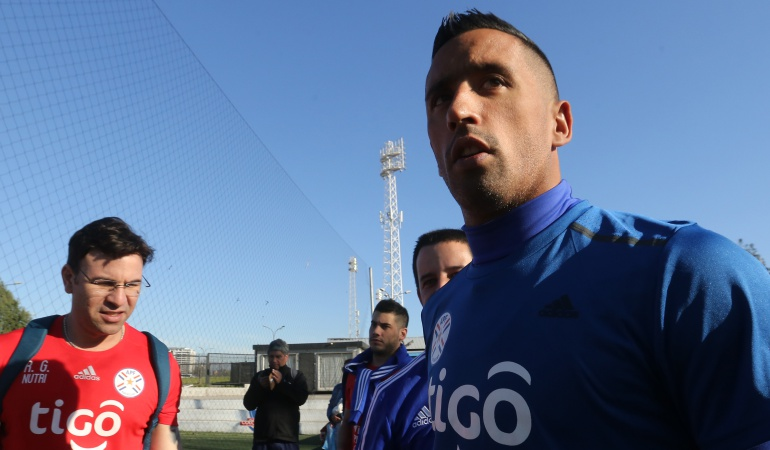 Lucas Barrios: Quería quedarme con la familia, no hubo ningún problema familiar: Lucas Barrios
