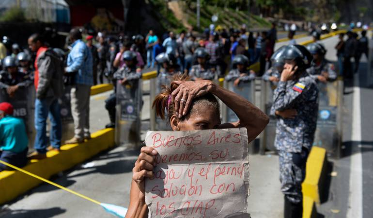 Venezolanos hambre: Ante el hambre, venezolanos matan una res con piedras y palos