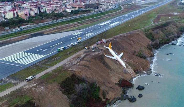 Avión turco cae por un acantilado sin que haya heridos