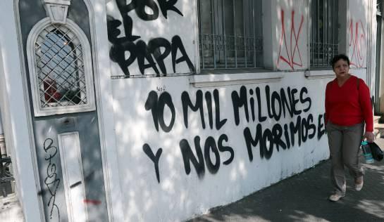 Vista del papa Francisco a Chile: Protestas en Chile por visita del papa deja fachada de una iglesia quemada