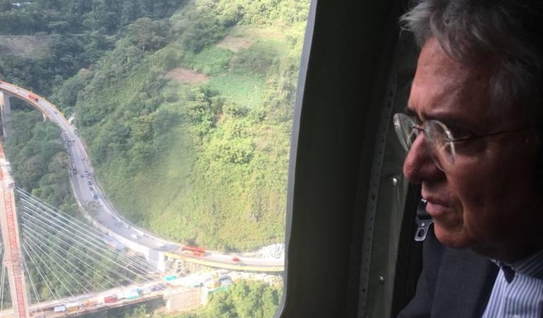 Caida de puente via villavicencio - Bogotá: Por orden del presidente Santos, minstransporte arribó a zona de emergencia por caída del puente Chiraraja